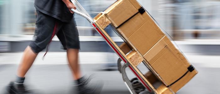 Person går med sækkevogn med 2 pakker
